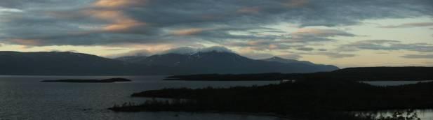Die Wolken hängen an den 1.300er Bergen fest