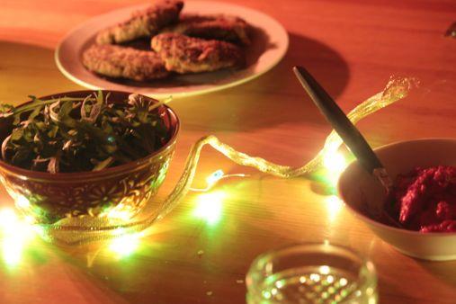 Rucola neben Hummus und Patties   © Christine Riel